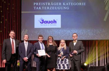 Die vier Vertreter von Jauch nehmen den Preis auf der Bühne entgegen