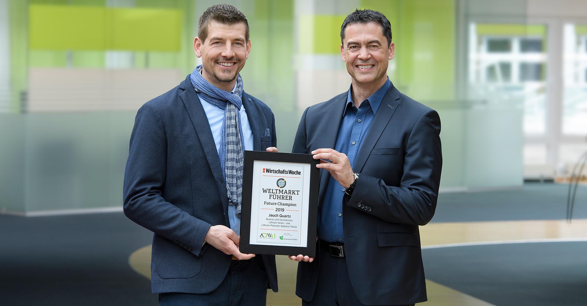 Steffen Fritz und Daniel Panzini präsentieren die Auszeichnung zum Future Champion 2019