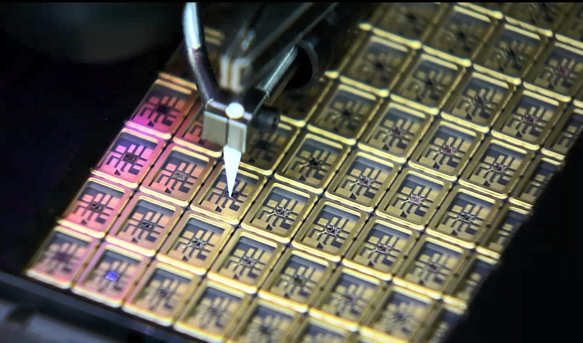 Nahaufnahme aus der industriellen Produktion von SMD-Quarzen
