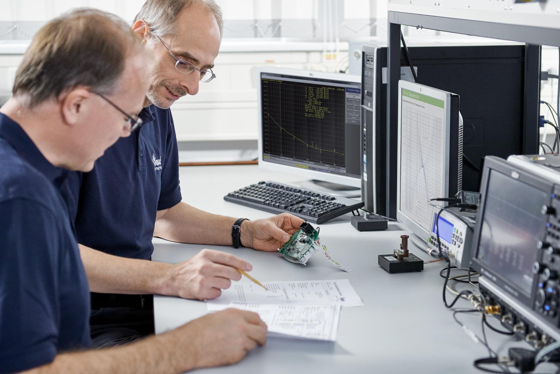 Zwei Jauch-Ingenieure analysieren eine Oszillatorschaltung